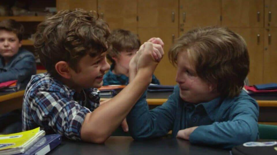 August und sein Klassenkamerad Jack messen sich freundschaftlich im Armdrücken.