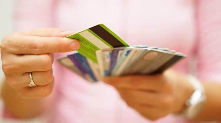 Frau hält viele Kreditkarten in ihren Händen