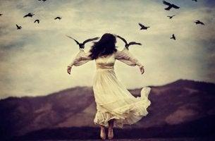 Emotionaler Knoten - mit Vögeln fliegende Frau