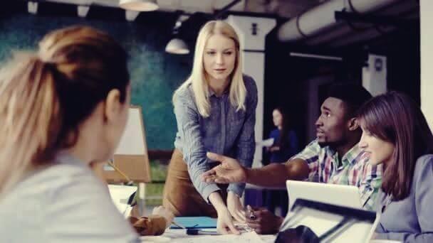 Frau als Teamleader