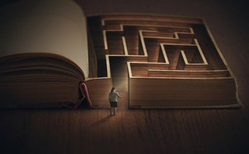 Mensch vor einem Labyrinth, das in einem Buch versteckt ist