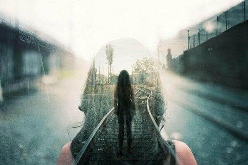 Frau am Bahnsteig, der anders aussieht, als sie ihn in Erinnerung hat