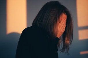 Sich für alles schuldig fühlen - Frau versteckt ihr Gesicht in ihren Händen