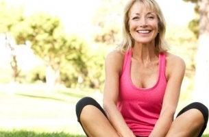 Vorteile der Menopause - Eine Frau in der Menopause lacht in die Kamera.