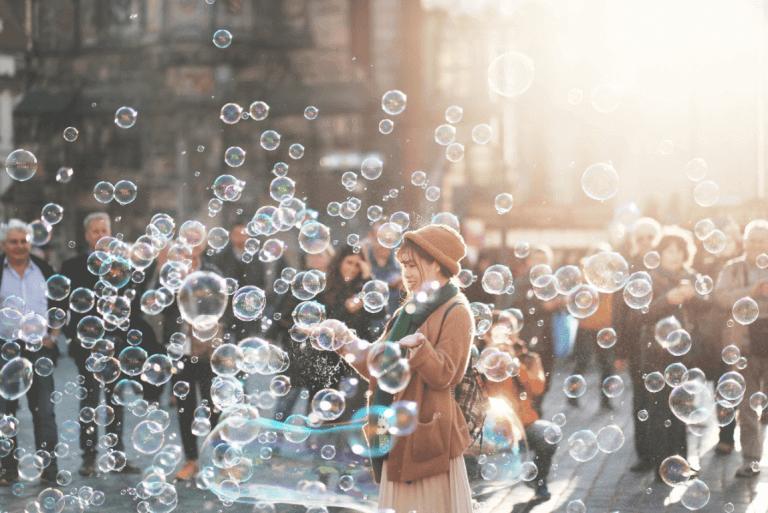 Frau inmitten von Seifenblasen