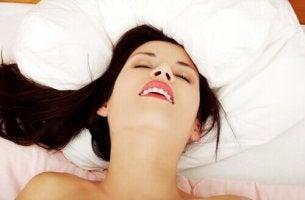 Mythen über den weiblichen Orgasmus - Frau kommt zum Höhepunkt