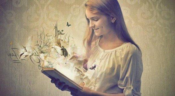 Bücher sind Spiegel - Eine junge Frau öffnet ein Buch und verschiedene Dinge, wie Buchstaben und Bilder steigen daraus hervor.