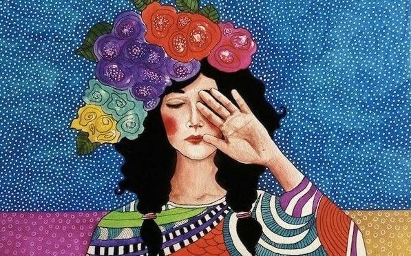 Frau mit bunten Blumen auf dem Kopf hält sich ihre Hand vor's Gesicht