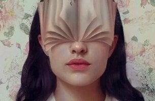 Selbstwertgefühl steigern - Frau mit Buch im Gesicht