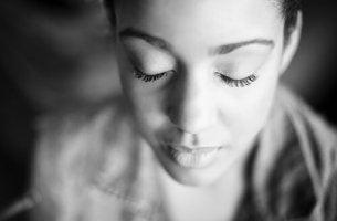 Emotionale Intelligenz trainieren - Frau mit geschlossenen Augen