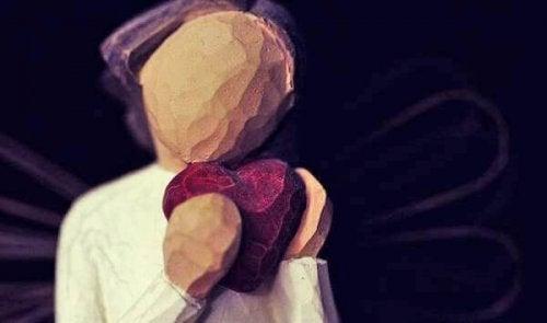 Frau mit Herz in ihren Händen