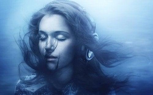 Frau mit Kopfhörern hört weißes Rauschen