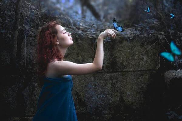 Frau mit blauen Schmetterlingen