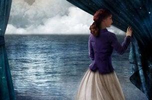Bedeutung der Erfahrung - Frau öffnet Vorhang zum Meer