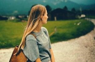 Distanz schaffen - Frau schaut den Weg zurück, den sie gekommen ist