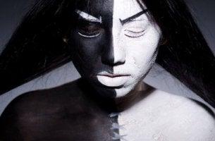 Licht und Schatten - eine Frau schwarz und weiß geschminkt