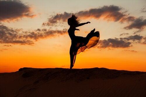 Frau tanzt auf Berg