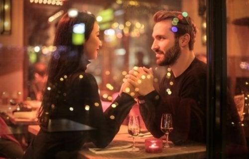 Glückliches Paar im Restaurant