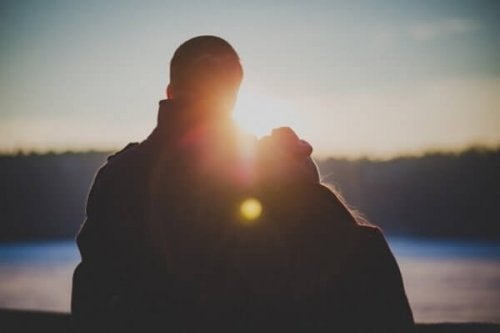 Glückliches Paar bei Sonnenuntergang