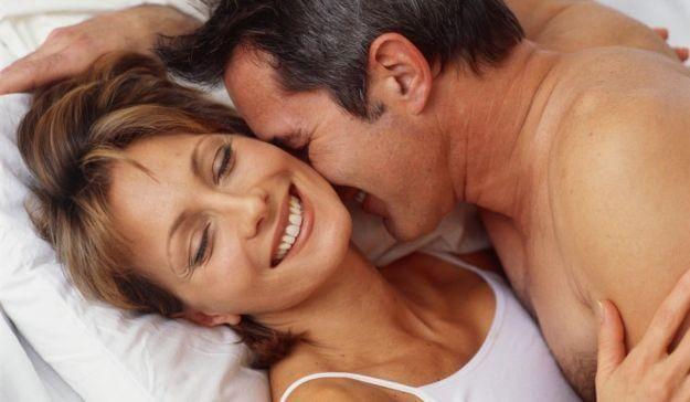 Älteres Paar lacht zusammen im Bett