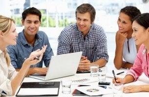 Positive Einstellung bei der Arbeit - Kollegen in einer Besprechung