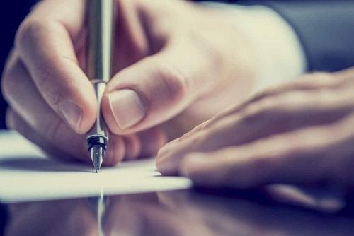 Eine Hand schreibt etwas mit einem Füller