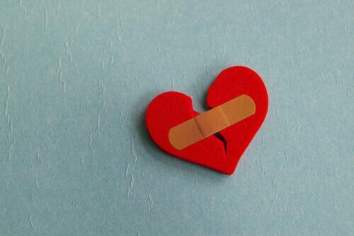 Gebrochenes Herz mit Pflaster