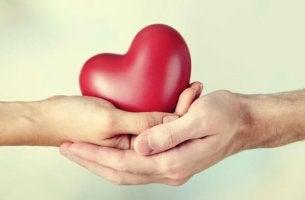 Geben und Nehmen in Beziehungen - Herz zwischen zwei Händen