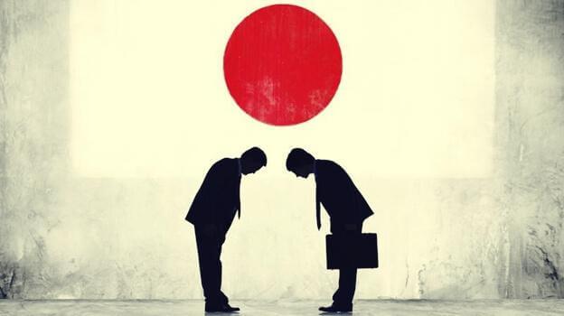 Japanische Geschäftsmänner verbeugen sich voreinander
