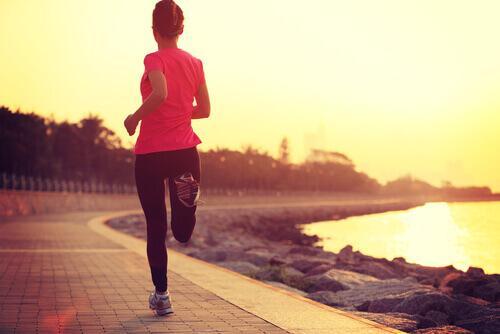 Frau joggt an einem Fluss