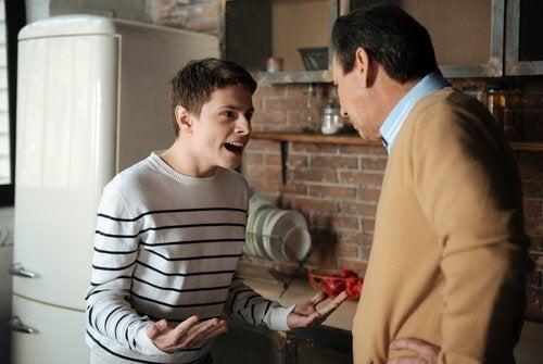 Rebellische Jugendliche - Jugendlicher streitet sich mit seinem Vater