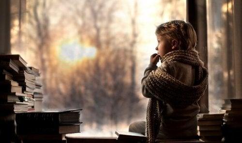 Junge mit Schal am Fenster