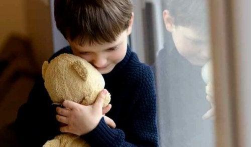 Kind in kaputter Familie - Junge mit Teddy