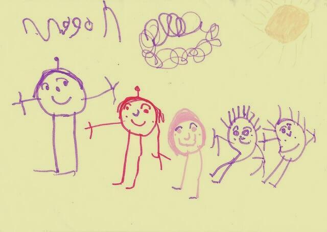 Kind hat eine glückliche Familie gezeichnet