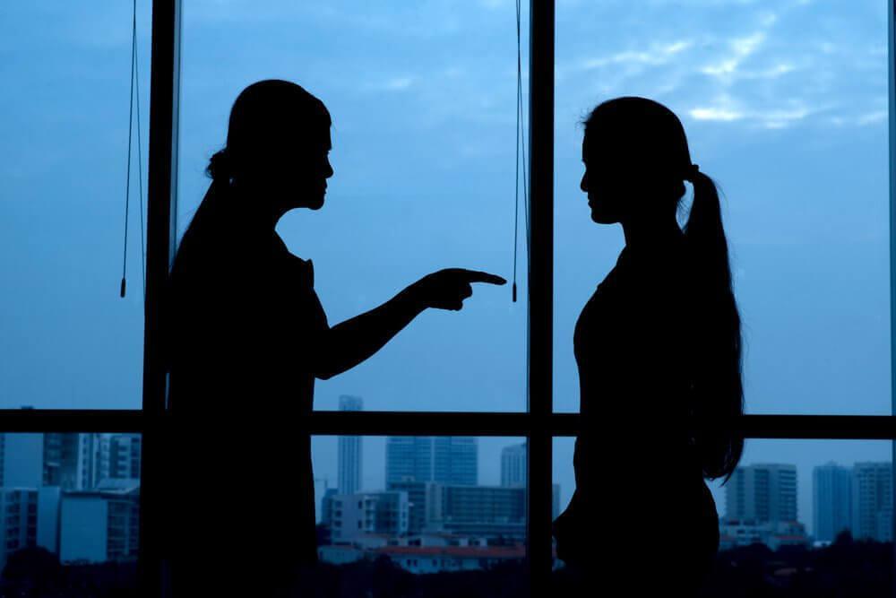Zwei Frauen diskutieren miteinander