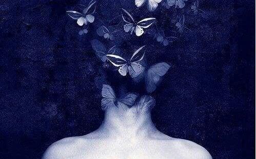 Frau, deren Gesicht unter Schmetterlingen verborgen ist