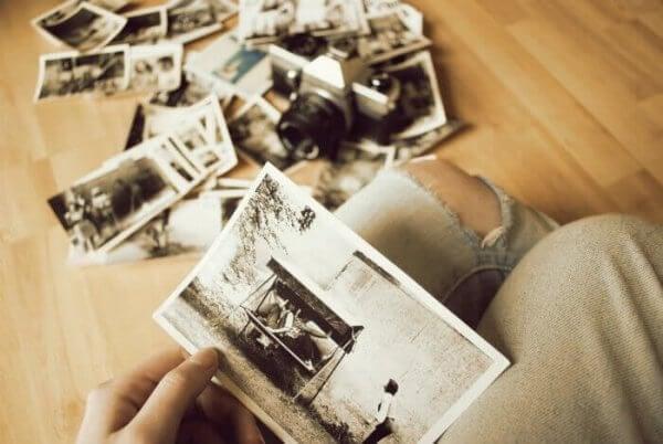 Jemand schaut Fotos an.