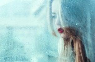 Vorsicht - Mädchen hinter einer Glasscheibe