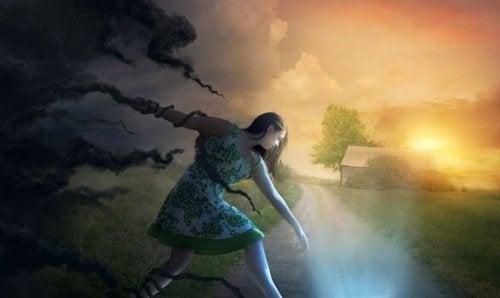 Alles ist schwierig - Mädchen flüchtet vor Wolken