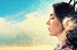 Einfluss der Musik - Mädchen hört Musik