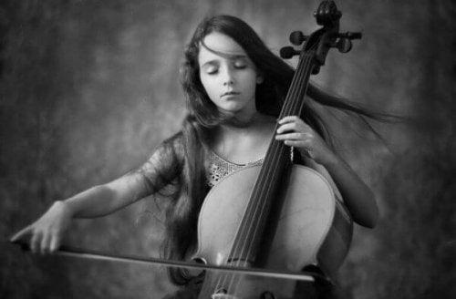 Mädchen spielt Cello