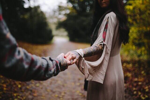 Mann hält die Hand einer Frau
