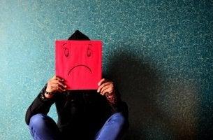Den Geist verarmen lassen - Mann hält sich trauriges Gesicht vor den Kopf