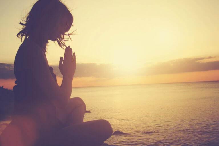 Meditierende Frau am Meer
