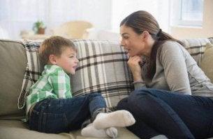 Kommunikation zwischen Eltern und Kindern - Mutter redet offen mit ihrem kleinen Sohn.