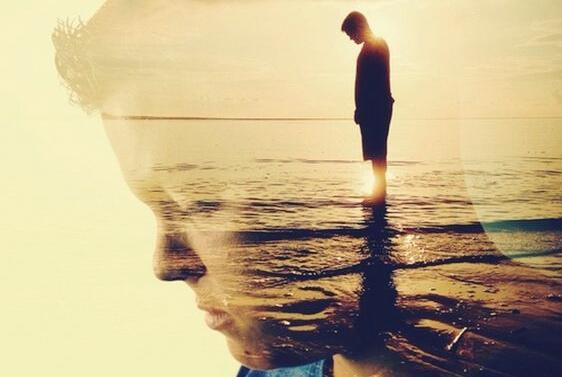 Mann schaut runter auf's Meer
