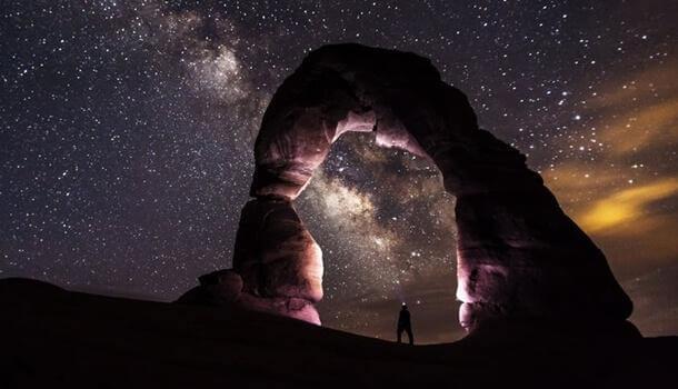 Mann blickt in Sternenhimmel