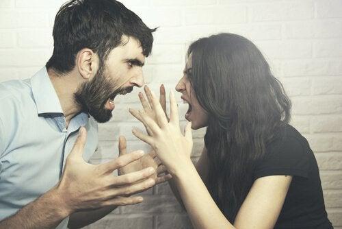 Paar, das sich anschreit