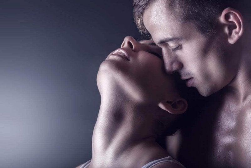 Ein Paar erlebt den weiblichen Orgasmus