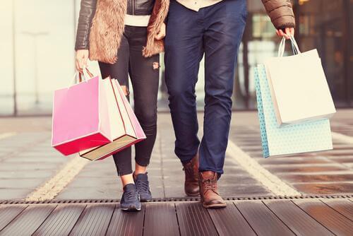 Paar beim Shoppen mit vielen Tüten